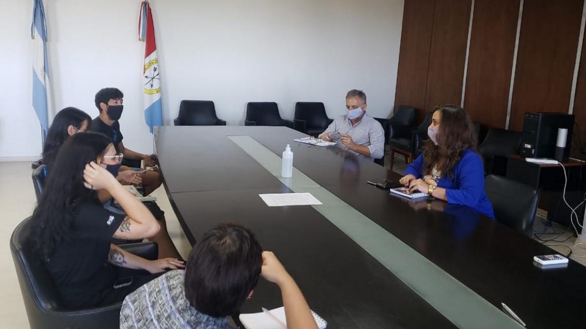 """Funcionarios De Educación Recibieron A Integrantes Del Centro De Estudiantes Del Instituto Superior Nº 8 """"Almirante Brown"""" De Santa Fe"""