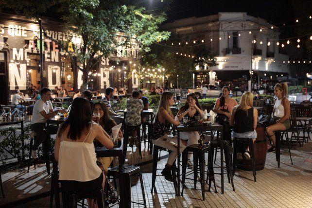 Bares y restaurantes extenderán una hora su horario de apertura desde esta noche